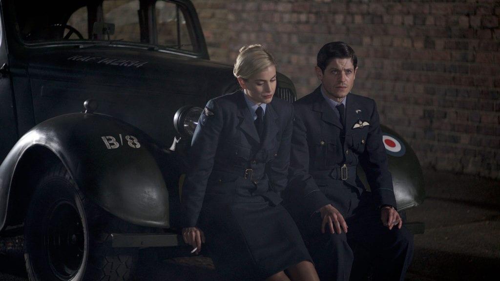 """Stefanie Martini i Iwan Rheon w filmie """"303. Bitwa o Anglię""""."""