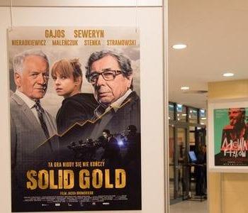 """""""Solid Gold"""", czyli król wybrzeża na glinianych nogach [RECENZJA]"""
